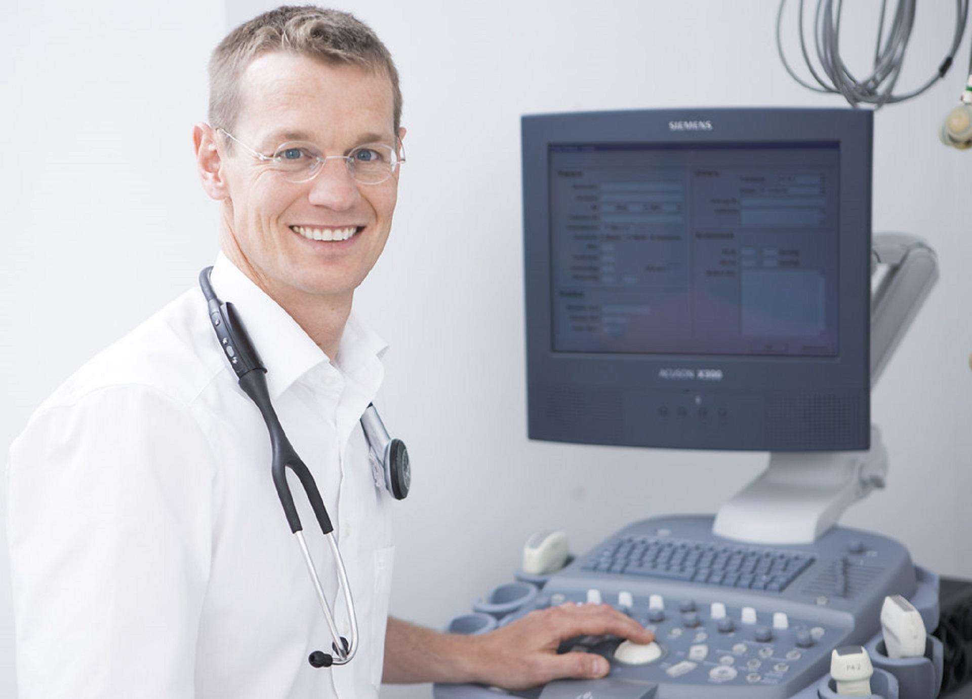 Dr. Roman Prenger-Berninghoff mit Ultraschallgerät